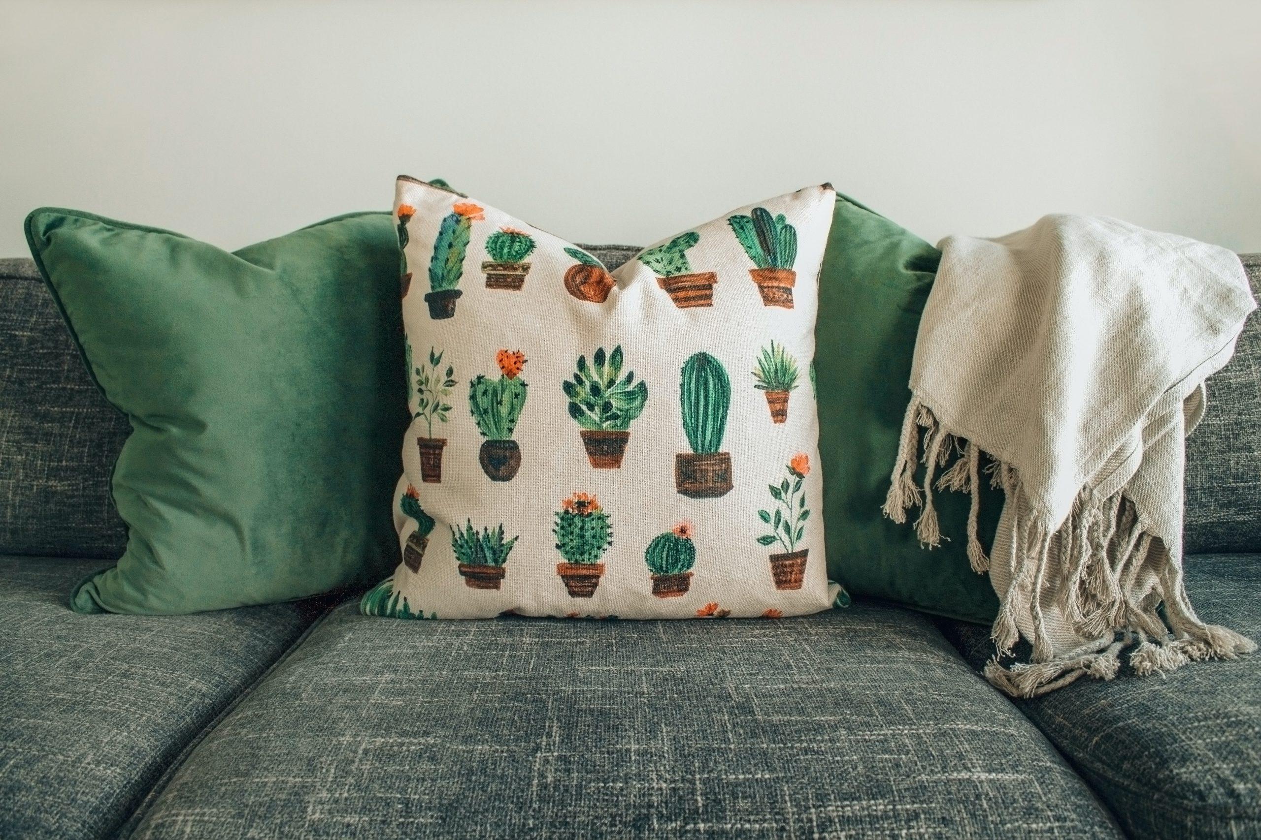 coussins verts et motifs végétaux