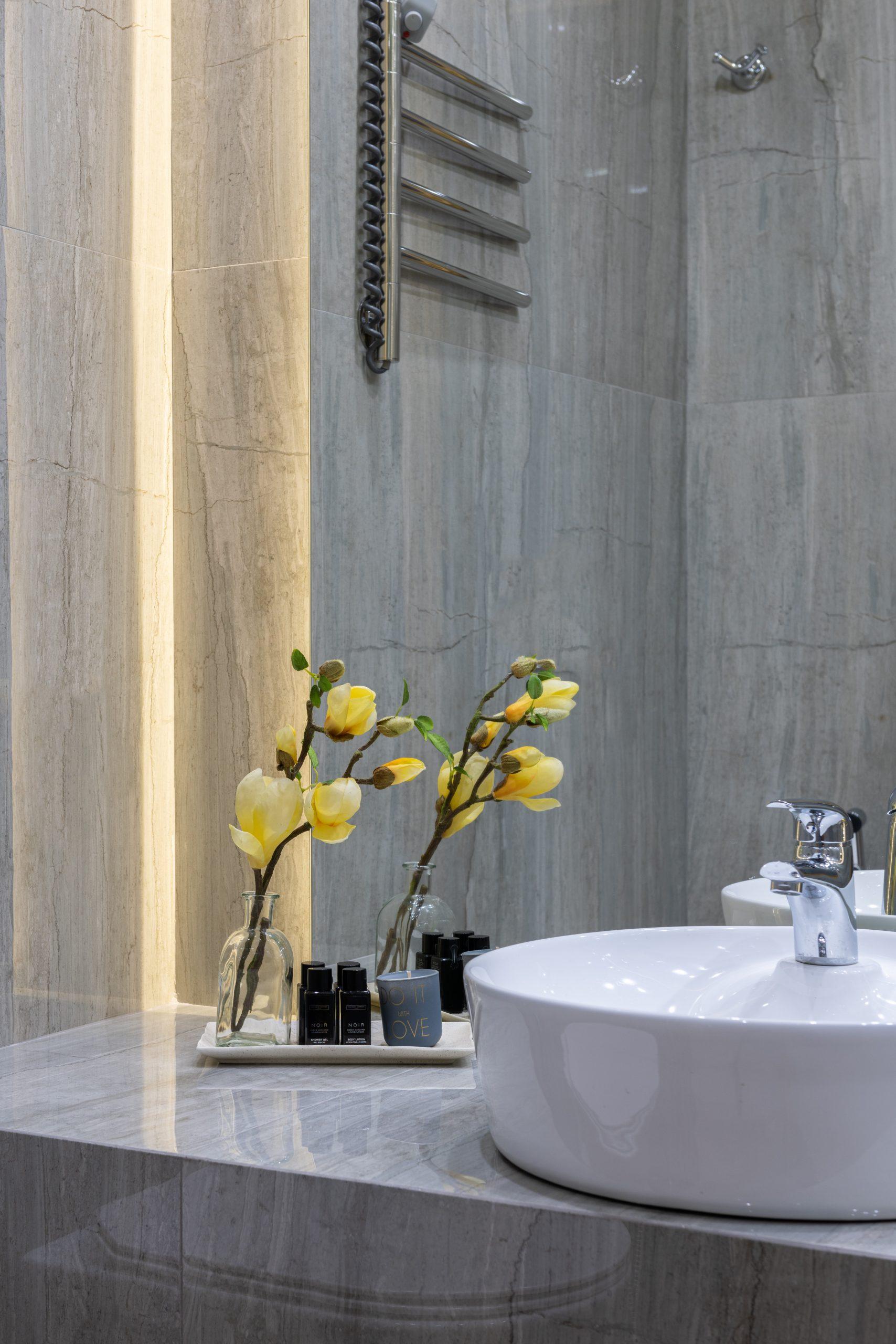 des fleurs dans la salle de bain